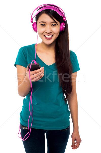 ストックフォト: かなり · 少女 · 音楽を聴く · ヘッドホン · オーディオ · プレーヤー