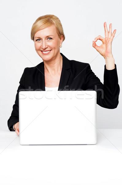 Boldog üzletasszony gesztikulál oké felirat izolált Stock fotó © stockyimages