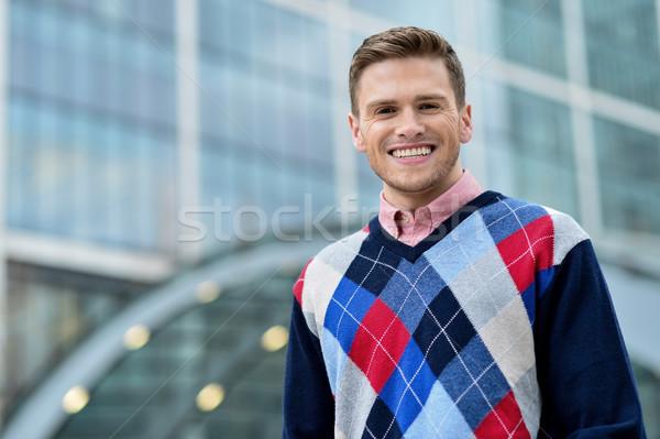 Genç ayakta dışında modern bina mutlu yakışıklı adam Stok fotoğraf © stockyimages