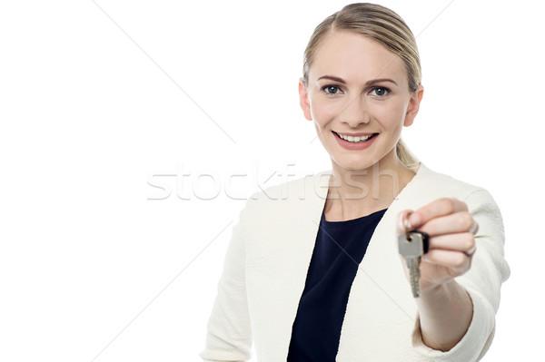 Oferta chave corretor de imóveis mulher Foto stock © stockyimages