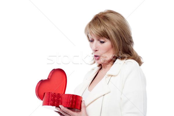 Wow ajándék nő tart piros ajándék doboz Stock fotó © stockyimages