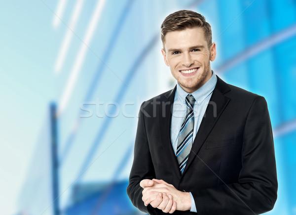 Empresarial tipo posando manos sonriendo empresario Foto stock © stockyimages