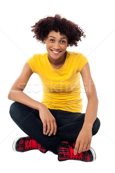 Mosolyog hölgy ül lábak keresztbe padló elszigeteltség Stock fotó © stockyimages