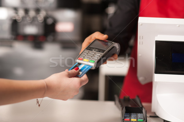 Debitkártya berendezés személyzet fizetés hitelkártya étterem Stock fotó © stockyimages