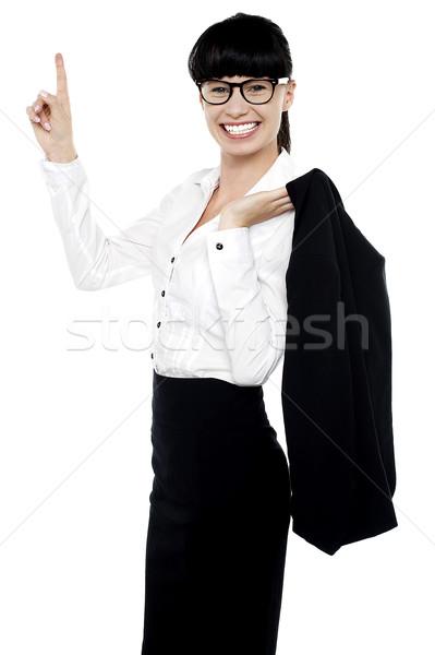 Animado femenino senalando sonrisa Foto stock © stockyimages