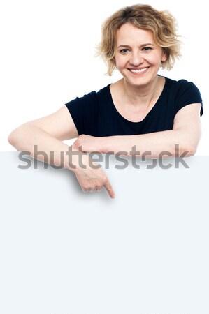 Post anuncio aquí mujer de negocios posando detrás Foto stock © stockyimages