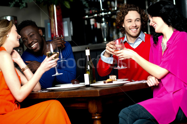 Arkadaşlar akşam yemeği restoran içecekler Stok fotoğraf © stockyimages