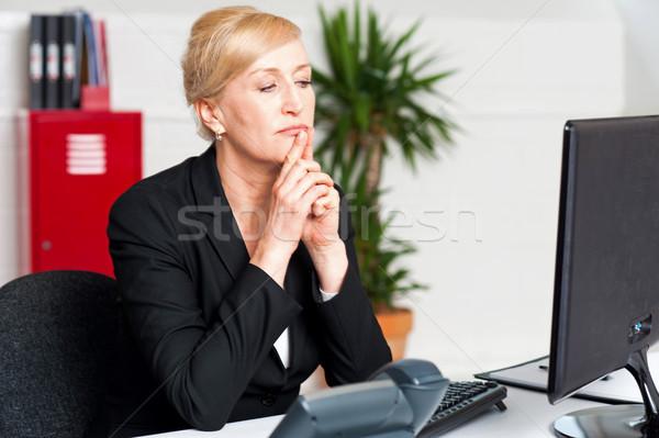 корпоративного Lady глядя экране компьютера мышления решения Сток-фото © stockyimages
