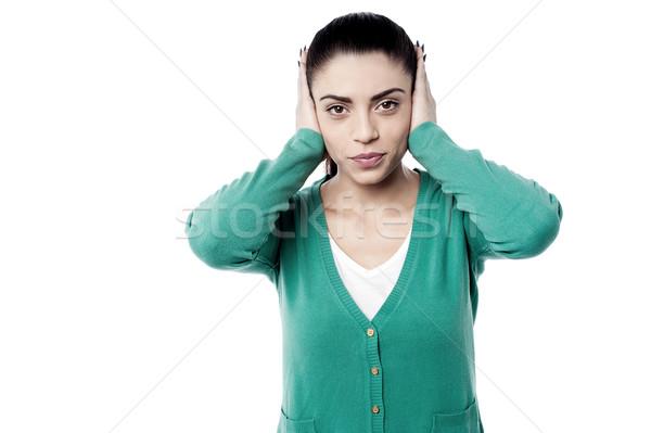 Alsó hangerő hangos gyönyörű nő borító fülek Stock fotó © stockyimages