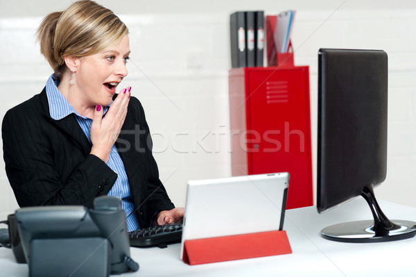 Surpreendido feminino secretário olhando lcd tela Foto stock © stockyimages