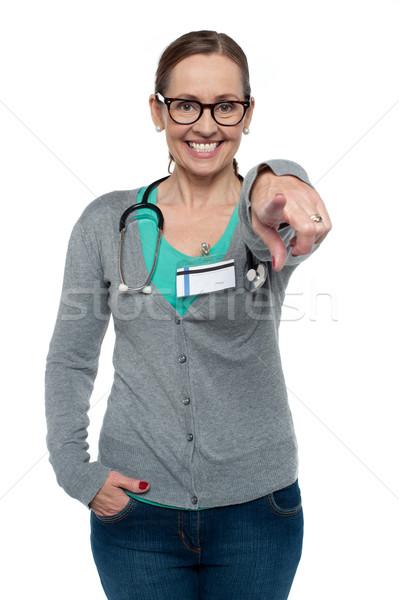 Derűs orvosi háziorvos mutat kamera összes Stock fotó © stockyimages