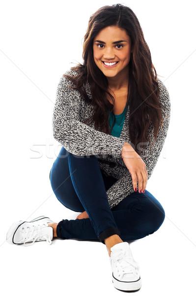 Joli fille séance étage jambes croisées souriant Photo stock © stockyimages