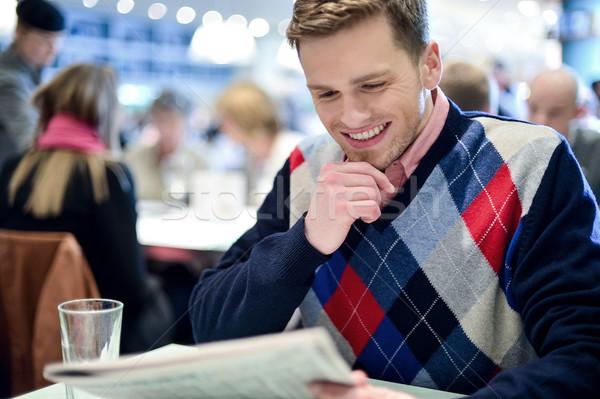 Elegáns férfi olvas újság kávézó fiatalember Stock fotó © stockyimages
