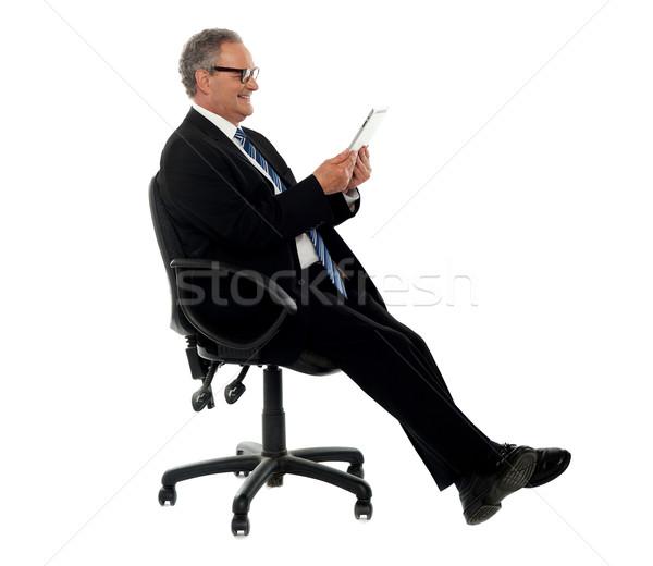 Jólöltözött vállalati férfi tart drótnélküli tabletta Stock fotó © stockyimages