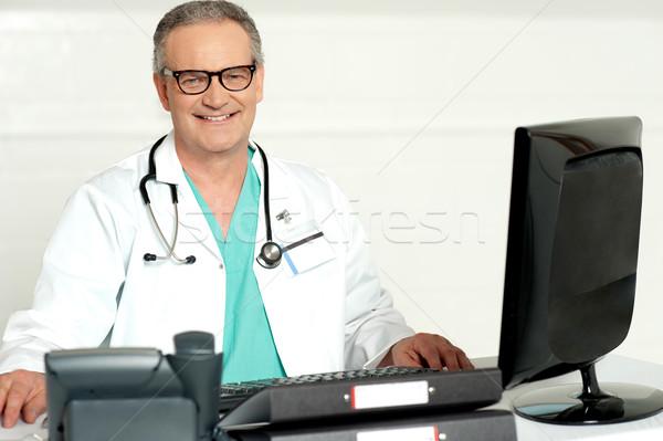 Lekarz stetoskop około szyi patrząc Zdjęcia stock © stockyimages
