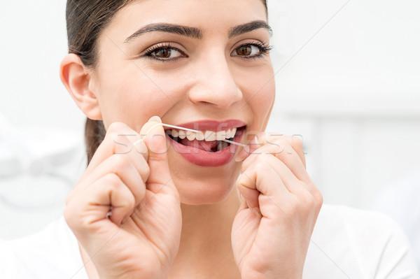 Frau Reinigung Zähne Zahnseide Mund Stock foto © stockyimages