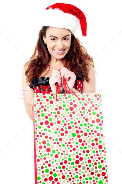 Középkorú nő tart bevásárlószatyor mosolyog hölgy visel Stock fotó © stockyimages