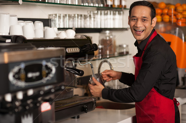 Heureux barista personnel ordre Homme Photo stock © stockyimages