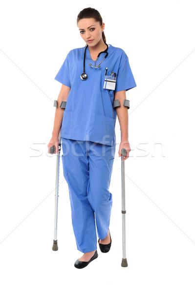 Pani lekarza spaceru pomoc kule kalekiego kobiet Zdjęcia stock © stockyimages