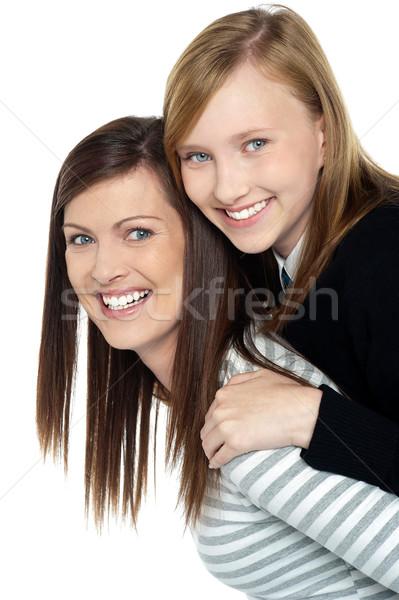 Csinos lánygyermek élvezi háton anya hordoz Stock fotó © stockyimages