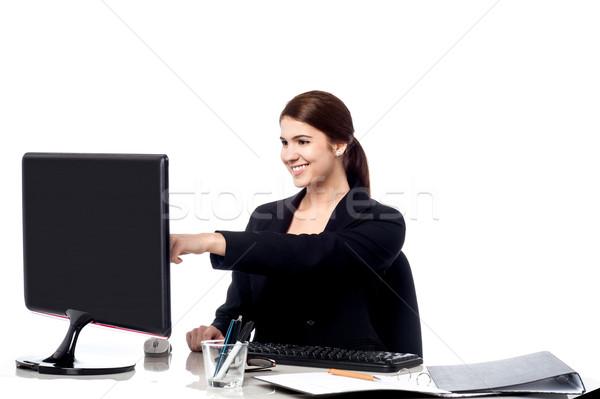 Homme personnel pointant suivre écran puce Photo stock © stockyimages