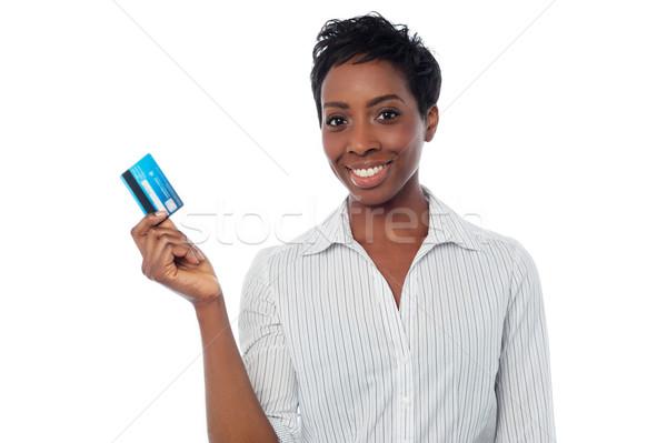 Nő debitkártya mosolygó nő magasra tart pénz kártya Stock fotó © stockyimages