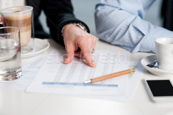 üzletemberek megbeszél havi statisztika kép nő Stock fotó © stockyimages
