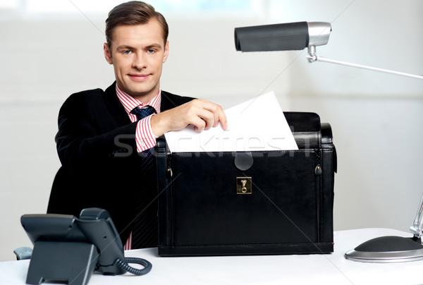 Stok fotoğraf: Erkek · yürütme · belgeler · telefon · işadamı · portre