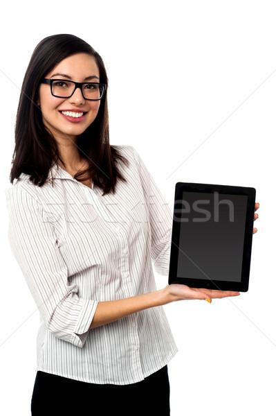 újonnan tabletta berendezés piac elarusítónő bemutat Stock fotó © stockyimages