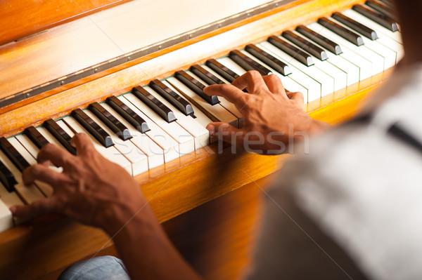 Férfi játszik zongora közelkép lövés zongorista Stock fotó © stockyimages