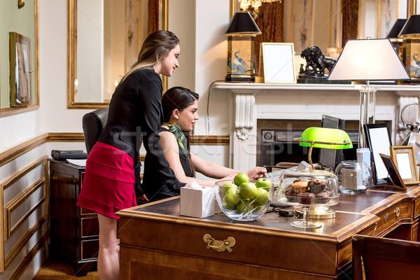 Módszer foglalás női kollégák együtt dolgozni asztal Stock fotó © stockyimages