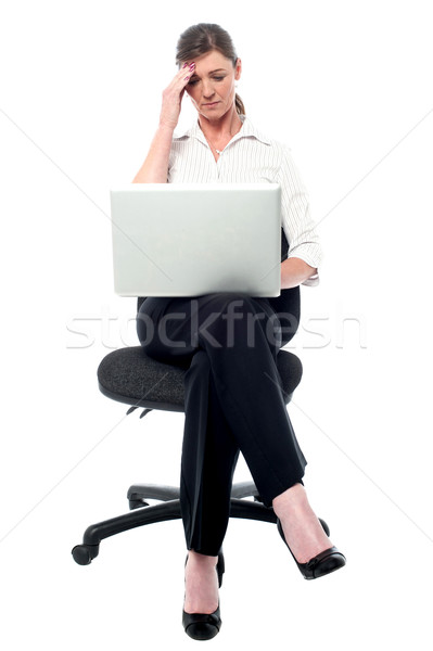 Melléfogás nő tart fej ügyetlen hiba Stock fotó © stockyimages