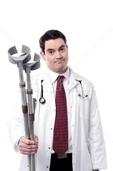 Andar muletas médico do sexo masculino homem Foto stock © stockyimages