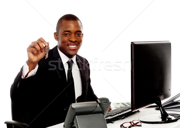 Menedzser mutat iroda kulcsok kamerába izolált Stock fotó © stockyimages