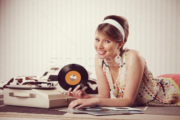 Vintage musique jeune femme écouter mode Photo stock © stokkete