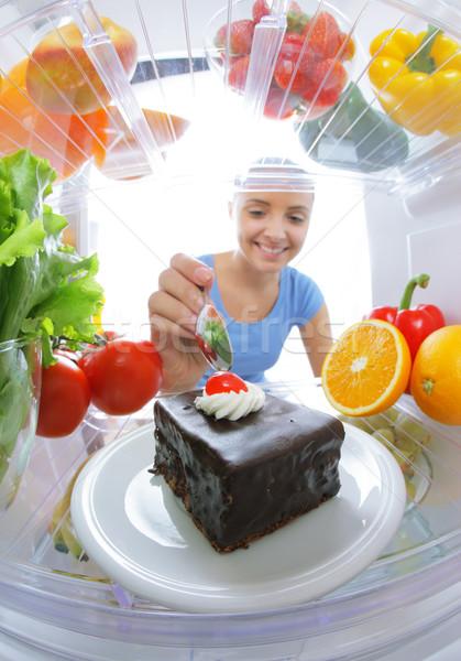 Zoete verleiding jonge vrouw dieet kijken cake Stockfoto © stokkete