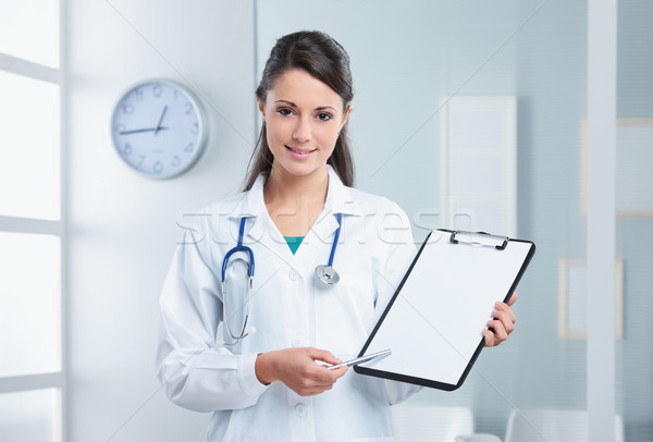 Foto stock: Femenino · médico · mujer · senalando · portapapeles · enfermera