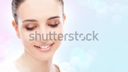 Donna sorridente posa bella guardando verso il basso donna Foto d'archivio © stokkete