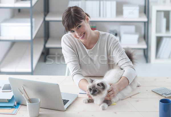 Nő macska gyönyörű nő asztal mosolyog kamera Stock fotó © stokkete
