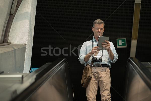 Uomo scala mobile tablet digitale ricerca indicazioni Foto d'archivio © stokkete