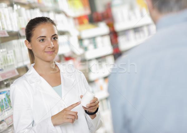 Farmácia senior homem falante mulher farmacêutico Foto stock © stokkete