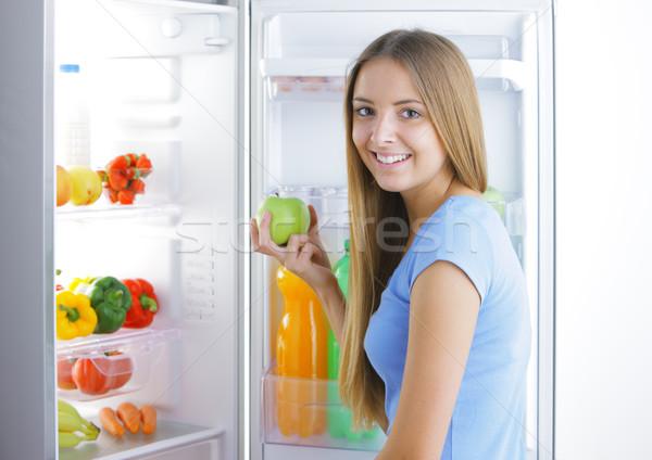 Zdjęcia stock: Zdrowa · żywność · młoda · kobieta · kobieta · owoców · t-shirt · uśmiechnięty