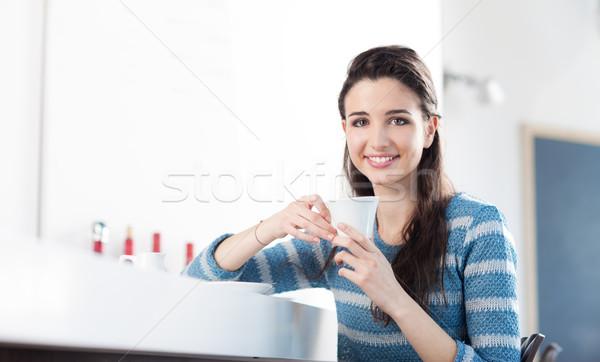 Stockfoto: Koffiepauze · cafe · mooie · glimlachend · tiener · meisje