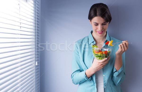 昼休み 女性の笑顔 食べ サラダ ウィンドウ 女性 ストックフォト © stokkete
