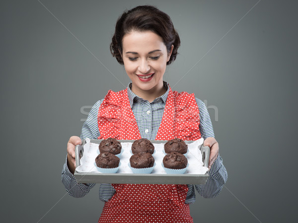 Femme souriante chocolat muffins souriant vintage Photo stock © stokkete
