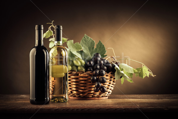 Wijnproeven vruchten stilleven wijn flessen druiven Stockfoto © stokkete