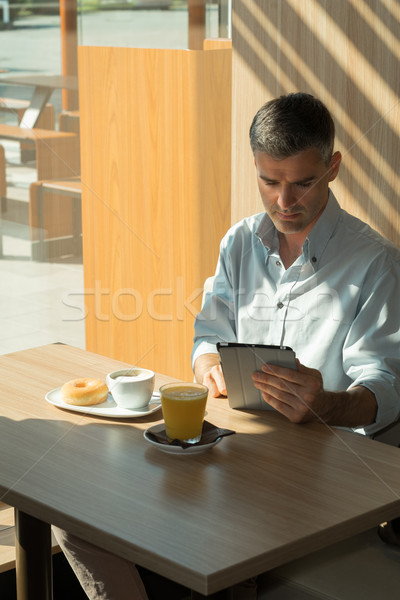 Zakenman ontspannen cafe ontbijt werken Stockfoto © stokkete
