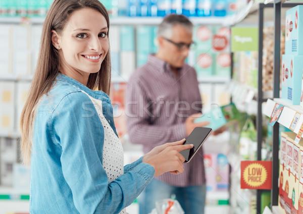 ストックフォト: 女性 · ショッピング · 電話 · スーパーマーケット · 笑みを浮かべて · アプリ