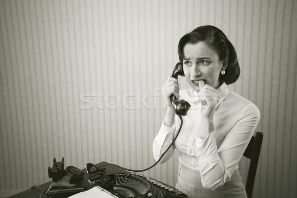 Nő beszél telefon asztal megszégyenített iroda Stock fotó © stokkete