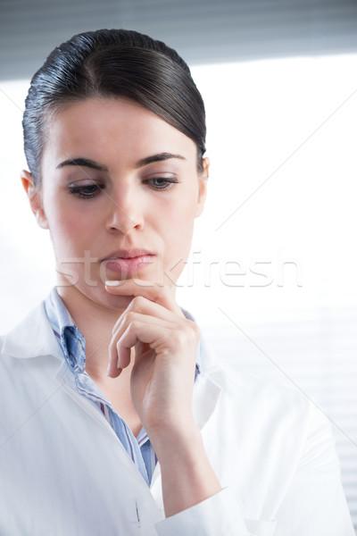 Női kutató gondolkodik vonzó nő kéz áll Stock fotó © stokkete